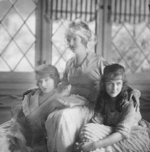 Lillian and Dorothy Gish with mother, Mary